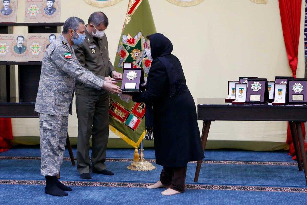 نشان فداکاری به خانواده فرماندهان شهید شاخص ارتش اهدا شد