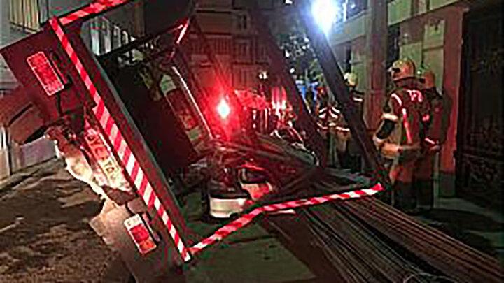 واژگونی کامیونت بر روی خودروی سواری
