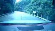 ریزش کوه بر روی خودروی یک پدر و پسر + فیلم