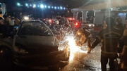 حبس سرنشینان خودرو پس از تصادف با گاردریل  + عکس ها