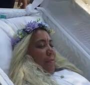 تشییع و تدفین زن 59 ساله در حالیکه زنده بود + عکس