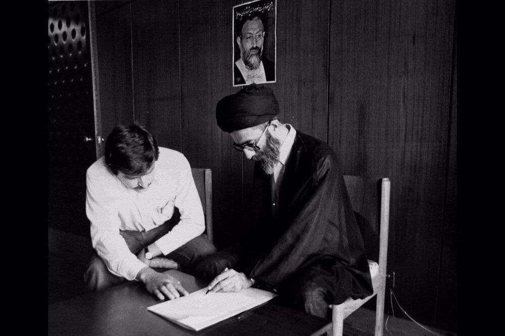 تصویر دیده نشده از رهبر انقلاب در حال کاندیداتوری در انتخابات