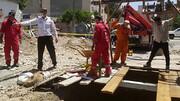 تلاش بی بدیل آتش نشانان برای خارج کردن یک جسد از دل چاه/ دو آتش نشان به خطر افتادند + فیلم و عکس