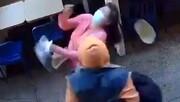حمله مرد بی خانمان به زن بیچاره در خیابان + فیلم