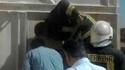 نجات کارگر سقوط کرده در مخزن ذخیره گچ / عکس