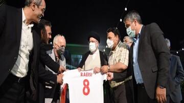 پیراهن شماره ۸ تیم ملی فوتبال به رئیسی اهدا شد