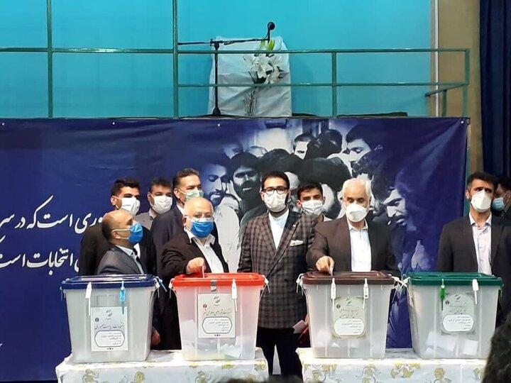 «محسن مهرعلیزاده» رأی خود را به صندوق حسینیه جماران انداخت