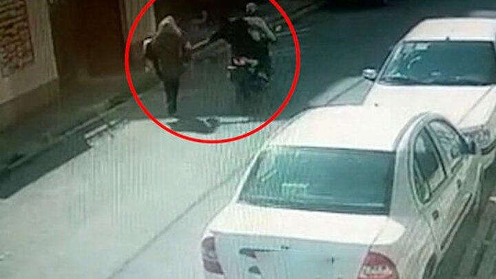 کیف قاپی وحشیانه از یک زن/ بیچاره نابود شد !+ فیلم