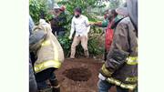 نجات معجزه آسای نوزاد از چاه ۲۵ متری / مادر بیرحم اورا انداخته بود!