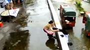 نجات دختر از مرگ حتمی با حرکت به موقع مادرش + فیلم