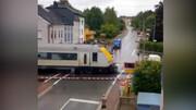 قطار خودرو را له کرد! + فیلم