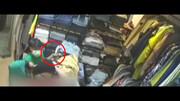 سرقت حرفه ای گوشی مغازه دار توسط یک کودک!/ در حضور مادر و خواهرش!