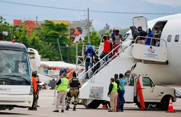 آمریکا اخراج دهها تن از مهاجران هائیتی را آغاز کرد