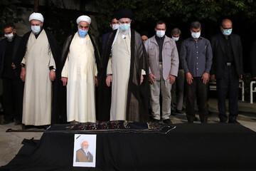 رهبر انقلاب بر پیکر آیتالله حسنزاده آملی اقامه نماز کردند