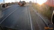 واژگونی هولناک کامیون به علت سرعت زیاد + فیلم