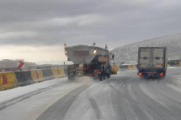 آمادهباش اکیپهای راهداری زمستانی در محورهای هراز و فیروزکوه