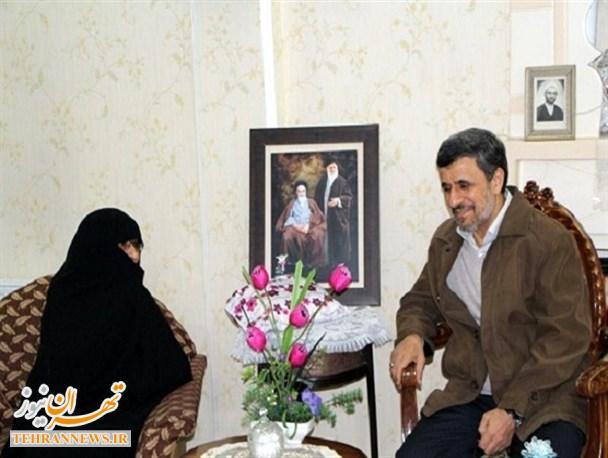 محمود احمدی نژاد از «ام الشهدا جنیدی» عیادت کرد + تصاویر