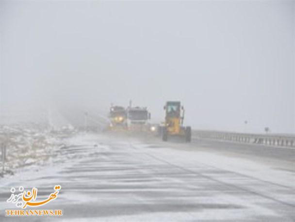 مسدود بودن محور رودهن-دماوند و بلعکس به علت قیچی کردن یک دستگاه تریلی در محدوده چناران/ مسدود بودن محور هراز به علت بارش شدید برف