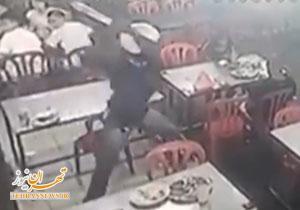 حمله وحشیانه اراذل و اوباش با قمه به یک رستوران + فیلم