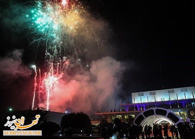 نور افشانی شب ۲۲ بهمن در برج میلاد