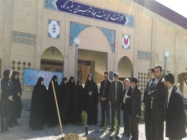 کاشت ۱۰۰ اصله نهال به یاد شهدای شهرستان فیروزکوه