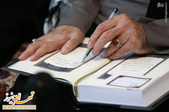 تصاویر/ قرآن اهدایی رهبر انقلاب به خانواده شهید رجب محمدزاده
