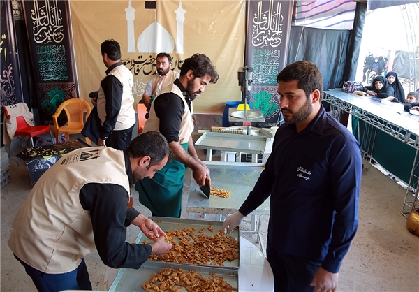 تولید و توزیع روزانه ۲۵۰ کیلو سوهان قم در موکب آستان حضرت معصومه(س)