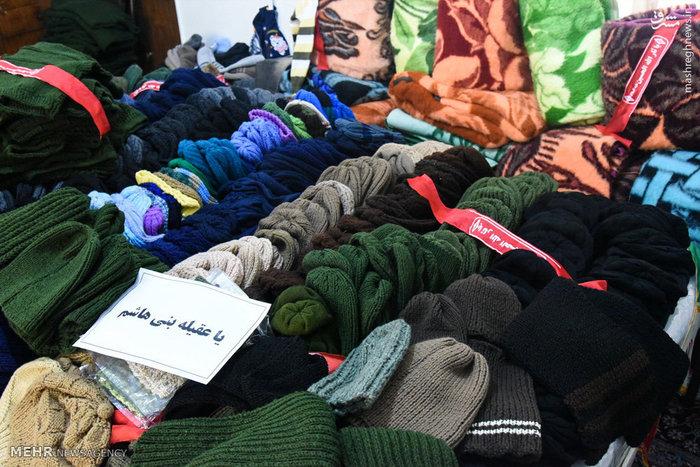 عکس/ اهدای دست بافتههای بانوان به رزمندگان مدافع حرم