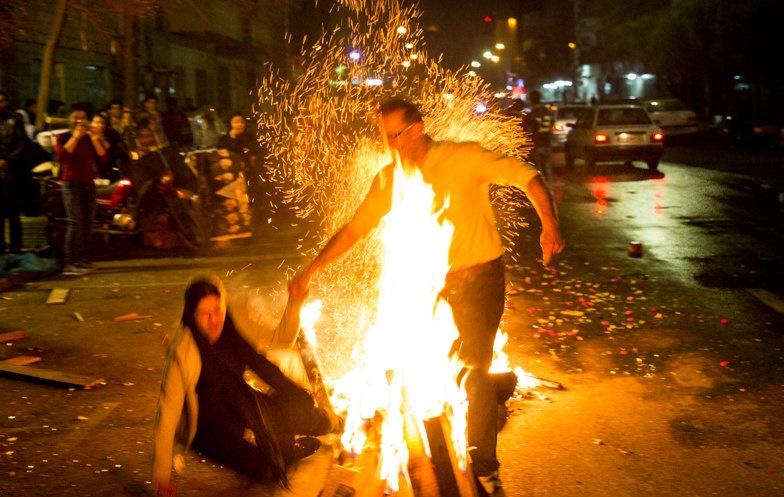 مرگ دومین تهرانی در حوادث چهارشنبه سوری/ ۱۰۳ مصدوم و ۹ جانباخته در کشور/ مصدومیت یک آتشنشان در پی پرتاب نارنجک