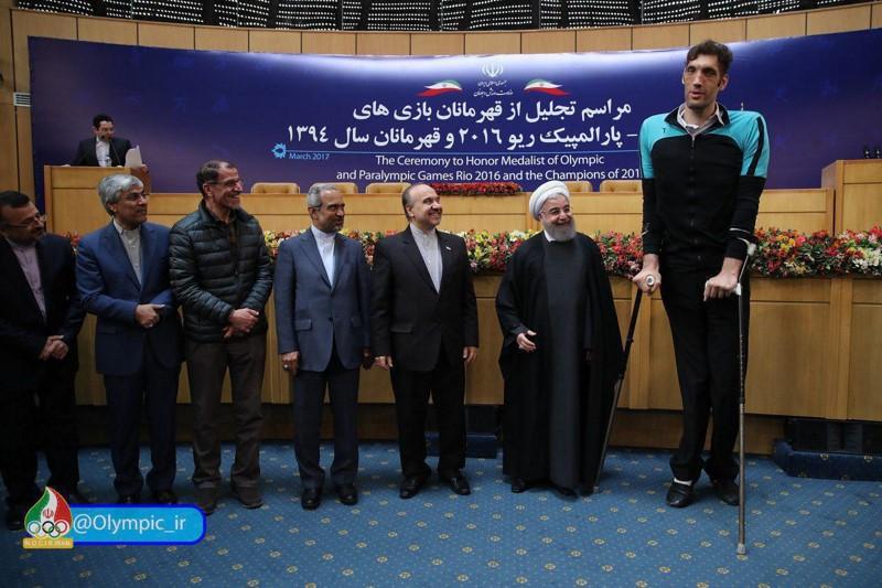 مرد غول پیکر ایرانی در کنار روحانی + عکس
