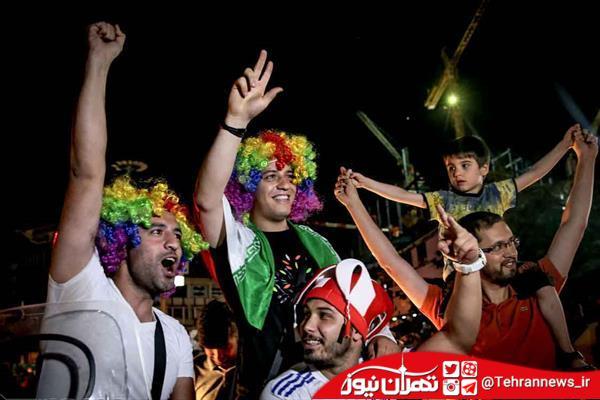 تصاویر/ شادی خیابانی دختران و پسران ایرانی در شب گذشته