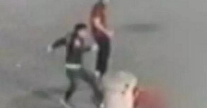 حمله مرگبار اراذل و اوباش به یک عابر پیاده در خیابان + فیلم
