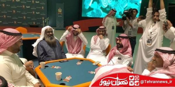 امام جماعت مشهور سعودی در مسابقات ورق بازی + تصاویر