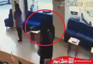 لحظه هولناک سرقت مسلحانه مرد زن نما از یک بانک ! + فیلم