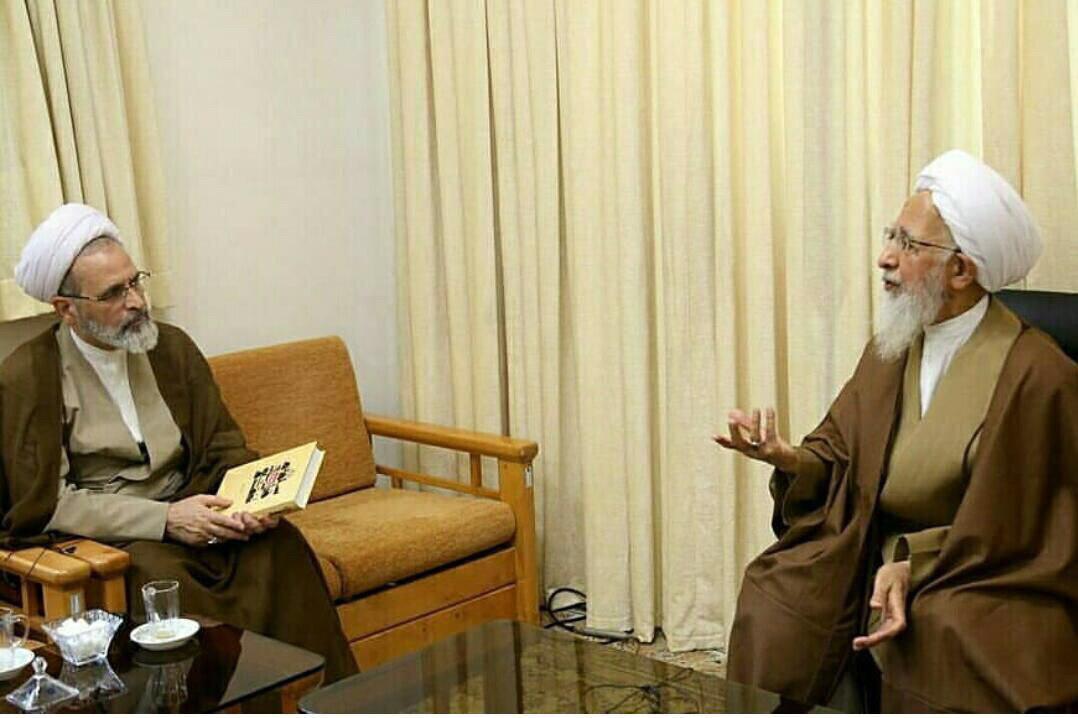 اهدای جدیدترین اثر آیت الله جوادی آملی به مدیر حوزه های علمیه سراسر کشور