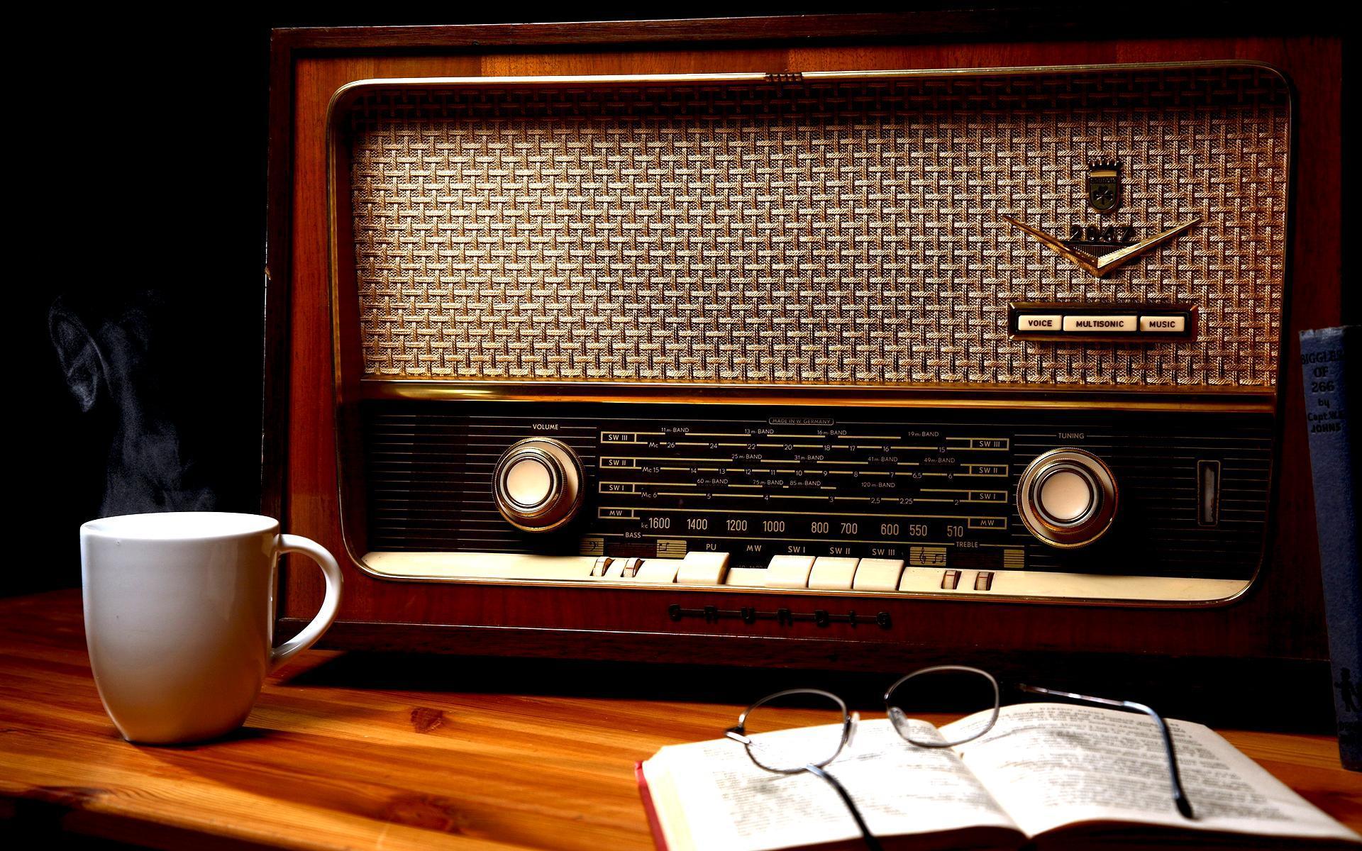 رادیو ایران به زندگی و آثار فرهیختگان میپردازد