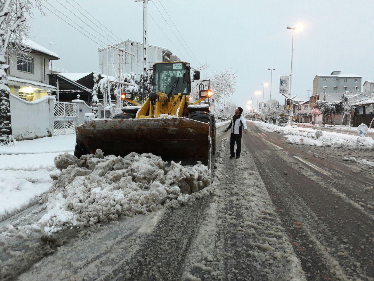 برف روبی معابر اصلی و پر تردد اولویت ستاد برف روبی شهرداری دماوند